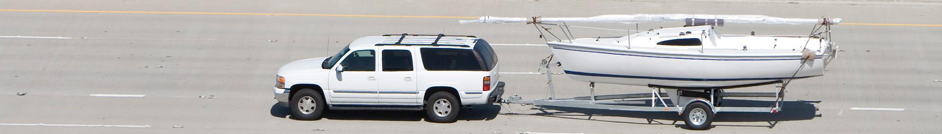Samochód z łodzią na przyczepie